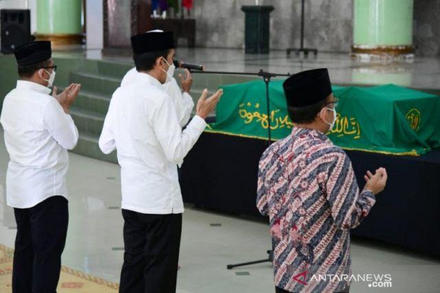 Jokowi Beri Penghormatan Terakhir untuk Mendiang  Hakim Agung Alkostar