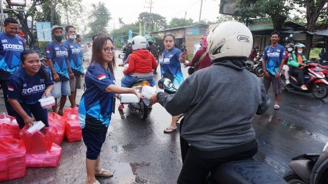 Komunitas Kombi Bringkang Bagikan 300 Takjil Gratis